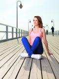 有吸引力的女孩少妇码头海 免版税图库摄影