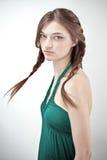 有吸引力的女孩绿色成套装备纵向工&# 图库摄影
