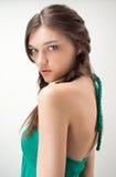 有吸引力的女孩绿色成套装备纵向工&# 库存照片