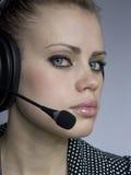 有吸引力的女孩耳机年轻人 免版税图库摄影