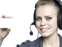 有吸引力的女孩耳机微笑的年轻人 免版税库存图片