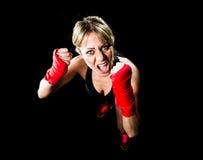 年轻有吸引力的女孩训练拳击拳头包裹了战斗的妇女概念 图库摄影