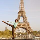年轻有吸引力的女孩跳舞芭蕾在巴黎 免版税图库摄影