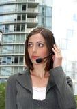 有吸引力的女实业家耳机年轻人 库存照片