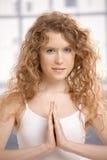 有吸引力的女性实践的瑜伽祷告姿势 免版税库存图片