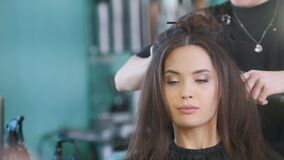 有吸引力的女性模型的发型主要创造的晚上发型 影视素材