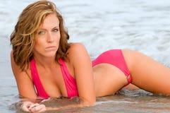 有吸引力的女性海洋日落 图库摄影