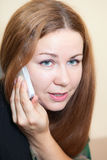有吸引力的妇女关闭与电话 免版税图库摄影