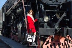 有吸引力的妇女和葡萄酒火车 免版税库存图片