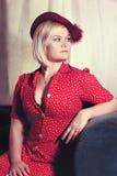 有吸引力的妇女葡萄酒红色礼服和帽子 库存照片