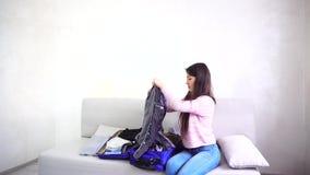 有吸引力的妇女计划旅行,微笑和笑,准备行李 股票录像