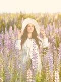 有吸引力的少妇和草甸 库存照片