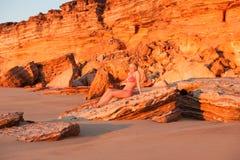 有吸引力的少妇热带海滩日落 免版税图库摄影