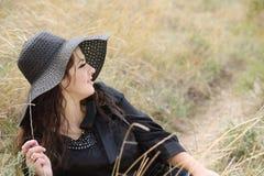 有吸引力的帽子妇女年轻人 免版税库存图片