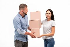 有吸引力的年轻在白色背景的夫妇运载的移动的箱子 库存图片