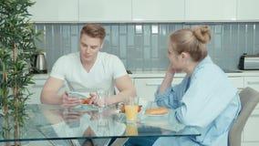 有吸引力的年轻夫妇争论在厨房里 股票录像