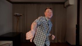 有吸引力的年轻滑稽的人跳舞的慢动作 股票视频