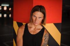 有吸引力的年轻红头发人的画象和有纹身花刺的长发人 图库摄影