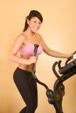 有吸引力的心脏执行的妇女锻炼年轻&# 免版税库存照片