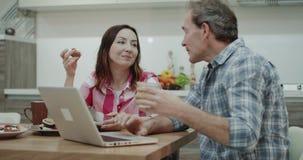 有吸引力的成熟夫妇在采取早餐的早晨一起一起花费漂亮时代,亲吻 股票视频