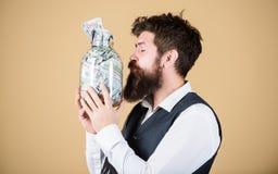 有吸引力的投资 有胡子的有投资金钱的人投资者亲吻的玻璃瓶子 做a的成功的商人 库存图片