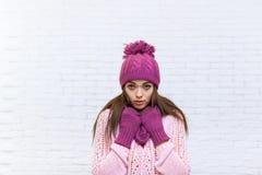 有吸引力的担心的十几岁的女孩冷的冬天衣裳 库存照片