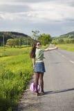 有吸引力的搭车的妇女年轻人 免版税图库摄影