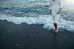 有吸引力的播种的人身体佩带的白色衬衣和裤子在 免版税库存照片