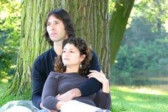 有吸引力的放松夫妇不同的公园 免版税库存图片