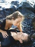 有吸引力的新夫妇位于的岩石 免版税库存照片
