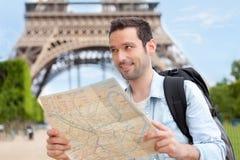 年轻有吸引力的旅游读书地图在巴黎 库存图片