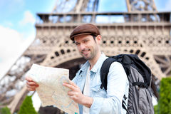 年轻有吸引力的旅游读书地图在巴黎 免版税图库摄影