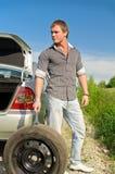 有吸引力的更改的男性轮胎 图库摄影