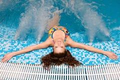 有吸引力的极可意浴缸松弛妇女 免版税库存照片