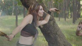 有吸引力的树精或来自后面树干和跳舞在云彩的美丽的服装的森林神仙  股票录像