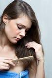有吸引力的梳的头发她的妇女 免版税库存照片