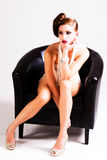 有吸引力的椅子坐的妇女年轻人 免版税图库摄影