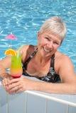 有吸引力的池松弛妇女 库存照片