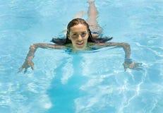 有吸引力的池游泳妇女年轻人 免版税库存图片