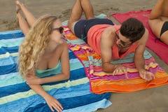 有吸引力的海滩美好的男朋友概念夫妇注视注视幸福的乐趣有她的节假日爱照片纵向松弛言情夏天星期日,妇女年轻人 免版税库存照片