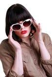 有吸引力的深色的佩带的太阳镜 免版税库存照片