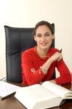 有吸引力的深色的女实业家红色 免版税库存照片