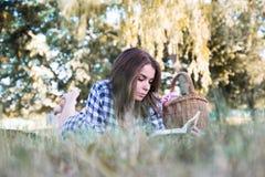 有吸引力的深色的阅读书本质上 免版税图库摄影