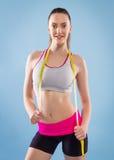 有吸引力的照相机特写镜头健身增强的微笑衡量妇女 免版税库存照片