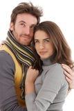 有吸引力的爱恋的夫妇秋天纵向  免版税库存照片