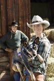 有吸引力的牛仔帽佩带的妇女年轻人 免版税库存照片