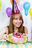 有吸引力的生日蛋糕女孩年轻人 免版税库存照片