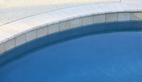 有吸引力的甲板池盖瓦 免版税库存照片
