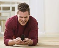 有吸引力的电池男电话 免版税图库摄影