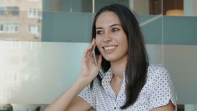 有吸引力的电话联系的妇女 股票录像